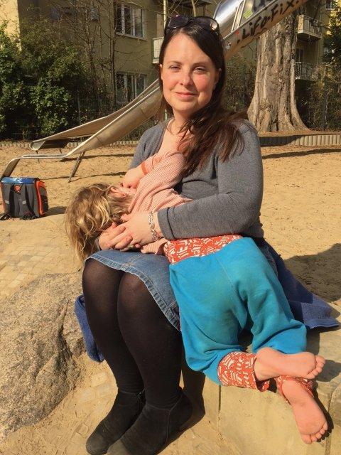 Stillende Mutter auf Spielplatz