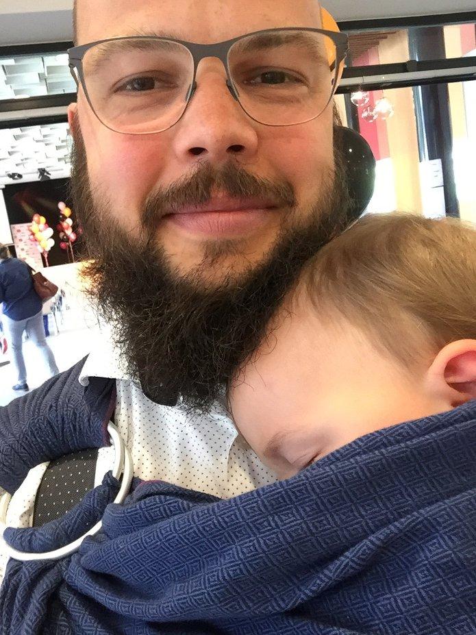 Max mit Janne im Tragetuch, Schlaf