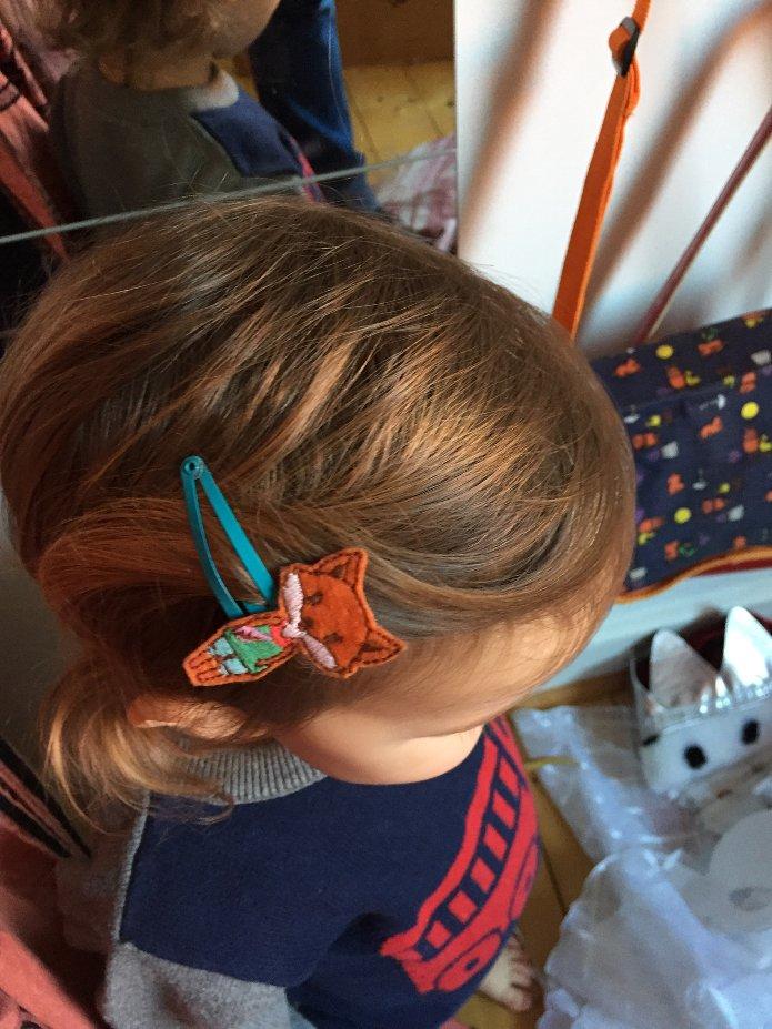 Junge mit Haarspange