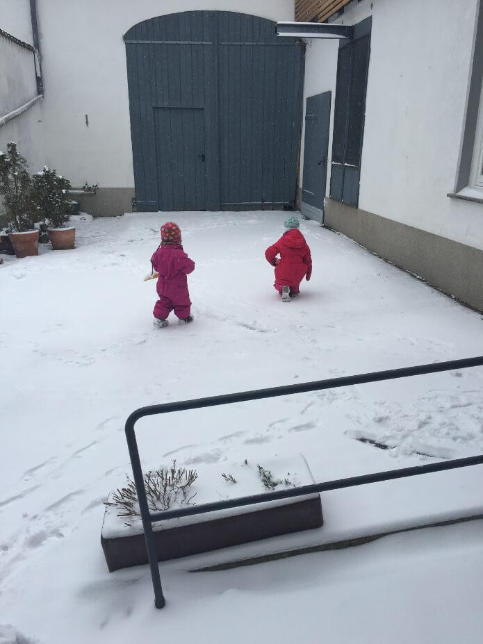 Kinder im schneebedeckten Hof