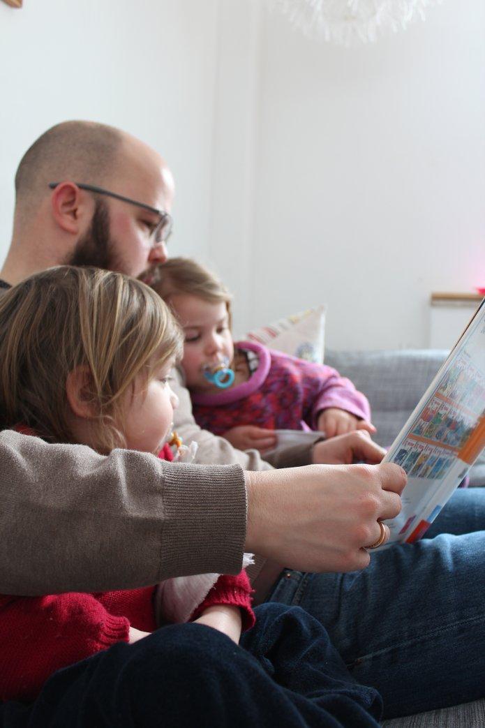 Lesende Familie
